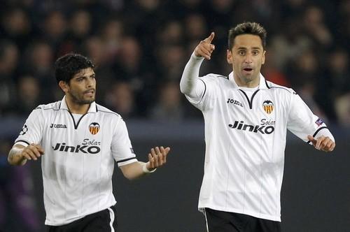 Jonas (bìa phải) giúp Valencia vượt lên dẫn trước PSG 1-0. Ảnh: Reuters