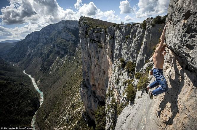 Cận cảnh 'Người nhện' trên vách núi - ảnh 3