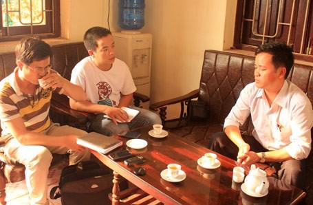 Trong khi ông Ngô Khải Hoàn, phó chủ tịch UBND xã Tân Dĩnh (phải) trao đổi với phóng viên...