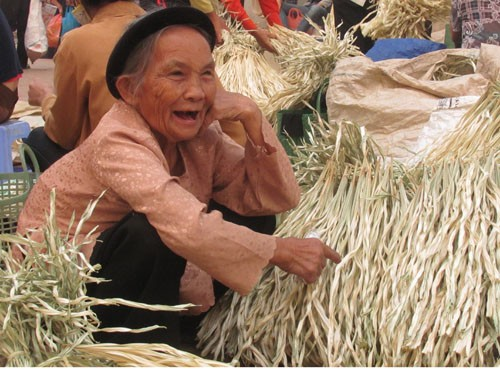 Thế hệ người lớn tuổi ở làng chuông là những người gắn bó suốt cuộc đời với nghề nón. Họ còn là lực lượng lao động đóng góp nhiều vào các sản phẩm nón có chất lượng.