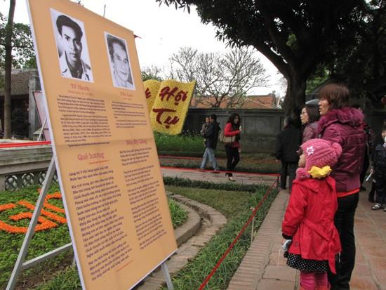 Triển lãm thơ mới là một nội dung của Ngày thơ Việt Nam lần thứ 10. Ảnh chân dung, tiểu sử, bài thơ tiêu biểu của nhiều nhà thơ của phong trào thơ mới được dựng quanh Giếng Thiên Quang