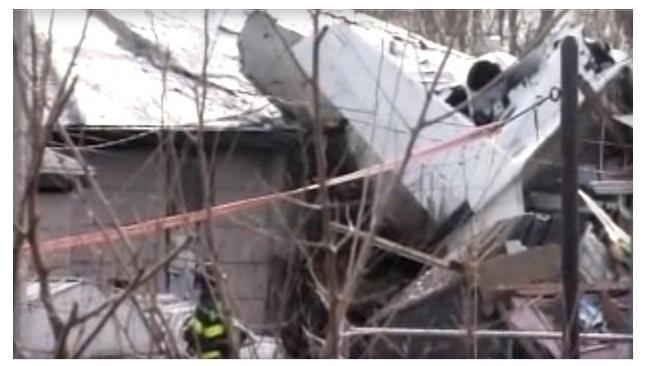 Máy bay đâm vào nhà dân, 4 người thiệt mạng - ảnh 1