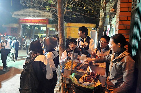 Hàng quán ăn tối mọc lên quanh các trường khiến nhiều người lo lắng về vệ sinh an toàn thực phẩm. Ảnh: Hoàng Hà (VnExpress)