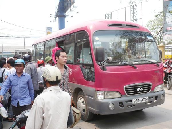 Có lốt ở Bến xe Giáp Bát nhưng trưa qua, xe 36M-4039 đã đỗ trả khách trên đường vào bến xe. Ảnh: Trọng Đảng