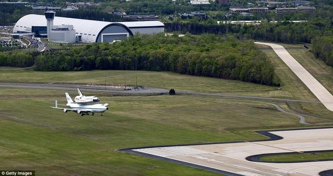 Hạ cánh xuống sân bay Dulles, Washington.