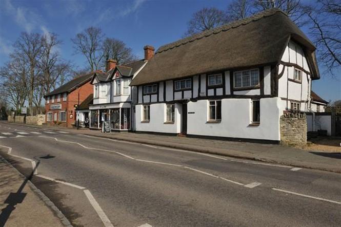Những ngôi nhà tranh ở đây không đậm nét thôn quê như ở Bibury.