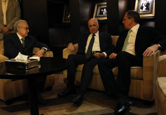 Từ trái qua: Đặc phái viên Lakhdar Brahimi, Tổng thư ký Liên đoàn Ả Rập Nabil al-Arabi, Ngoại trưởng Nga Sergey Lavrov