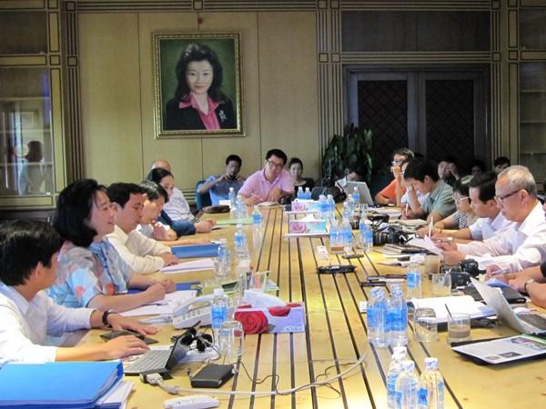 Bà Đặng Thị Hoàng Yến (thứ hai từ trái sang) đối thoại với báo chí sáng 21-4