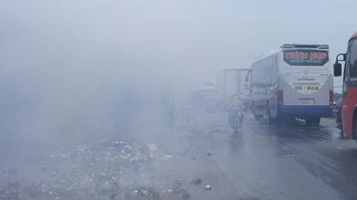 Khói bay mù mịt từ chiếc xe tải bị cháy - Ảnh: Xuân Bảy (Tuổi Trẻ)