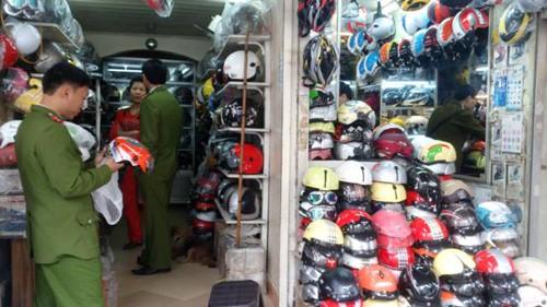 Lực lượng liên ngành kiểm tra các cơ sở kinh doanh mũ bảo hiểm dọc tuyến phố Huế, quận Hai Bà Trưng, Hà Nội. Ảnh: Tuấn Nguyễn