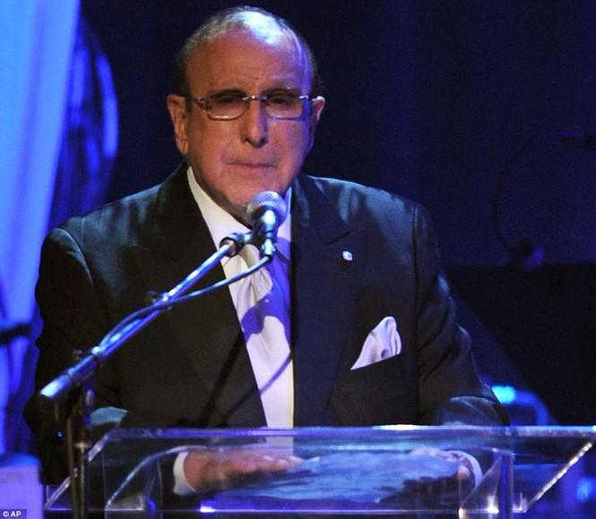Clive Davis phát biểu trước quan khác và đề nghị dành một phút mặc niệm Whitney Houston trước khi bắt đầu buổi tiệc