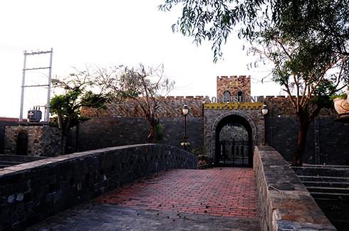 Cổng vào tòa lâu đài như hoàng thành của vua chúa thời cổ đại