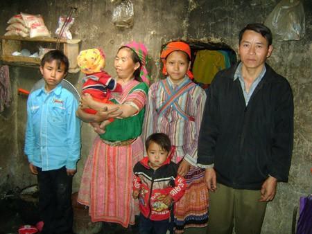 Trong gia đình bà Sú có những lúc một tháng tới 5 đứa trẻ ra đời