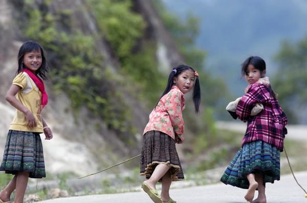 Ngoài vẻ đẹp nên thơ của cảnh quan, trẻ con vùng cao cũng thật ấn tượng với nụ cười sơn cước thật hồn nhiên.
