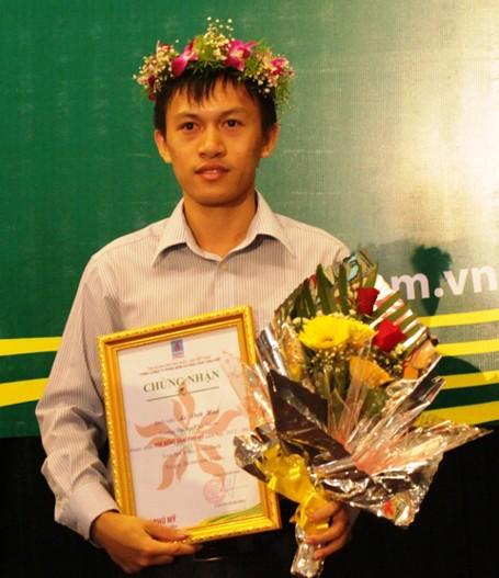 Lê Viết Hào trong buổi nhận học bổng 20 triệu đồng do Tập đoàn dầu khí quốc gia Việt Nam - Tổng Cty Phân bón và Hóa chất Dầu khí - CTCP trao