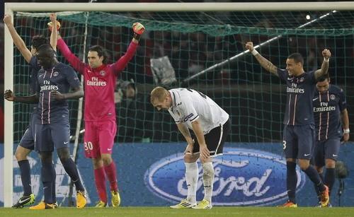 Mặc dù hòa 1-1 nhưng PSG (áo sậm) vẫn vượt qua Valencia để vào vòng tứ kết. Ảnh: Reuters