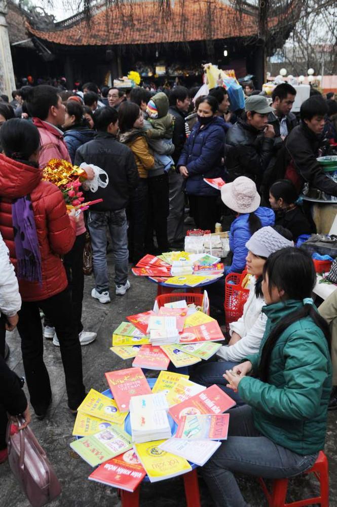 Tình trạng bán các loại sách bói toán, dâng lễ thuê vẫn xảy ra