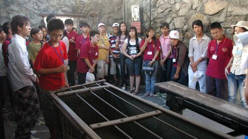 Các bạn thanh niên Việt kiều tham gia trại hè Về nguồn tham quan Bảo tàng Chứng tích chiến tranh, quận 3, TP.HCM