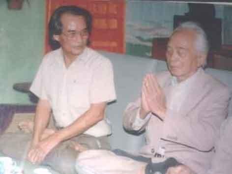Nhà văn Sơn Tùng với Đại tướng Võ Nguyên Giáp.