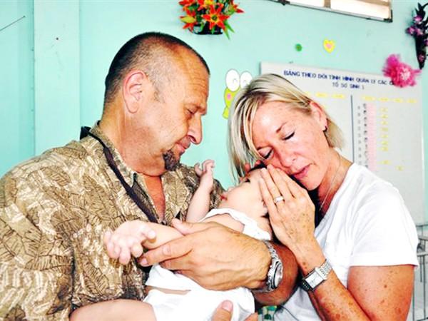 Vợ chồng ông Robert Kalatschan với trẻ em Việt Nam Ảnh: Q.Thành