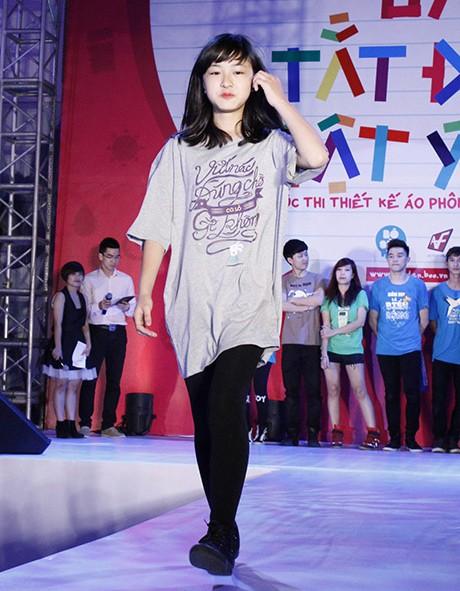 Diễn viên nhí Phùng Hoa Hoài Linh chọn chiếc áo free size ngộ nghĩnh