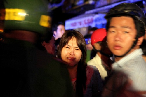 Người nhà nạn nhân khóc thảm thiết khi thấy thi thể người thân được đưa ra ngoài