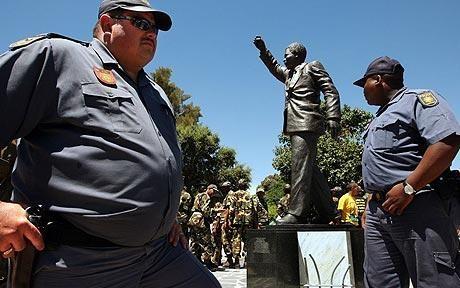 Những nhân viên cảnh sát 'thừa cân' của Nam Phi