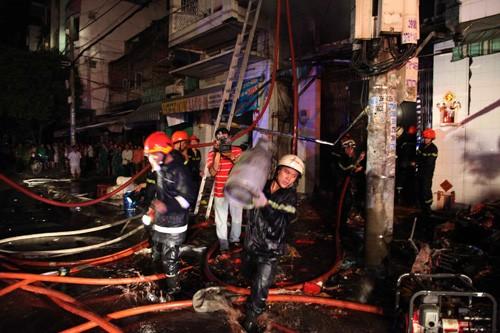 Lực lượng chữa cháy di chuyển những vật dễ gây cháy nổ ra khỏi hiện trường
