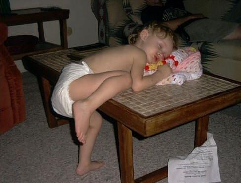 Những kiểu ngủ gật đáng yêu của bé - ảnh 3
