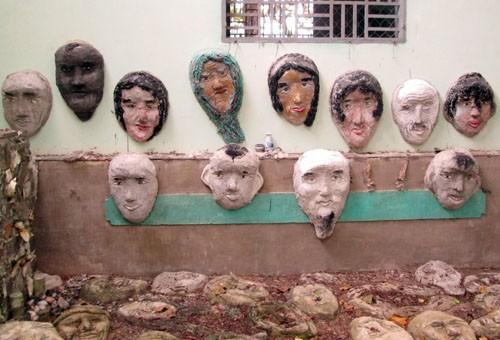 Mỗi tượng người phác thảo gương mặt già, thanh niên, phụ nữ và trẻ em với nhiều sắc thái tâm trạng.