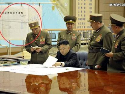 Kế hoạch tấn công lục địa Mỹ của Triều Tiên được khoanh vòng tròn màu đỏ trong bức ảnh nhà lãnh đạo trẻ Kim Jong-un triệu tập cuộc họp khẩn với các quan chức quân sự hàng đầu và ký chỉ thị yêu cầu các lực lượng tên lửa sẵn sàng tấn công Mỹ nửa đêm qua