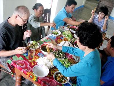 Cựu binh Jim cùng gia đình mẹ Nhứt dùng bữa với mỳ Quảng Ảnh trần tuấn