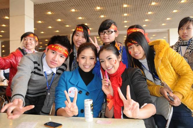 Chụp ảnh lưu niệm cùng các tình nguyện viên