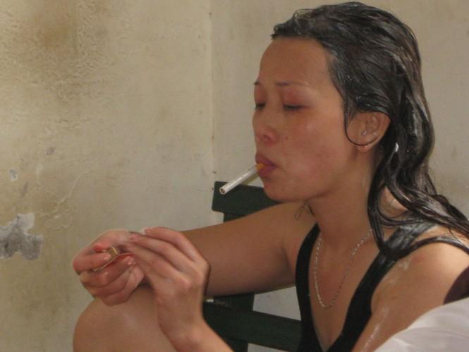 Cô gái tự rút trong người điếu thuốc lá để hút trước khi bị CAP nhắc nhở.