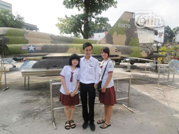 Chụp cùng với học sinh trường Hồng Đức trong một tiết học ngoài giờ.