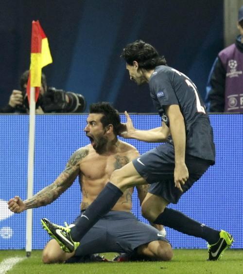 Lavezzi (ở trần) ăn mừng bàn san bằng tỷ số cho PSG. Ảnh: Reuters