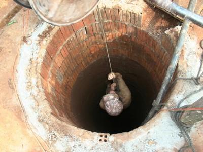 Chiếc tời quay tay dùng để lấy đất từ dưới đáy giếng lên