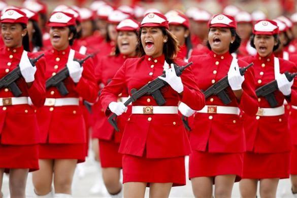 Đoàn nữ cảnh sát Venezuela đang diễu hành nhân dịp kỷ niệm 20 năm cuộc đảo chính không thành công của tổng thống Hugo Chavez tại Caracas. Ảnh: Reuters