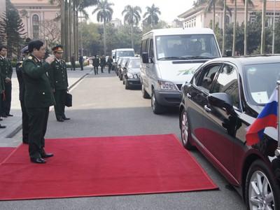 Đại tướng Phùng Quang Thanh chào Đại tướng Sergei Shoigu