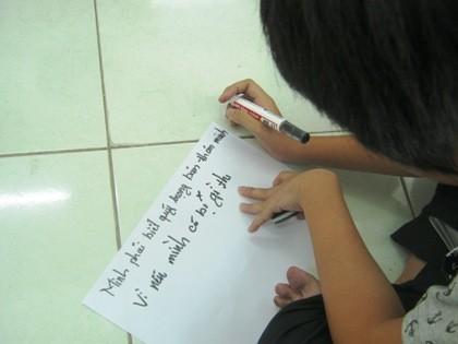 Thiên Chi, 16 tuổi, lần đầu tiên viết lên suy nghĩ, cảm xúc của mình. Chi quyết tâm đi học lại sau nhiều năm bỏ nhà đi bụi
