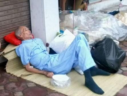 Cụ già xuất viện phải nằm vỉa hè vì con không cho vào nhà