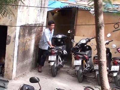 """Một người dẫn xe vào """"lò"""" cho các đối tượng bên trong """"luộc"""" phụ tùng tại bãi giữ xe Bệnh viện Nhi đồng 1 (TP.HCM)"""