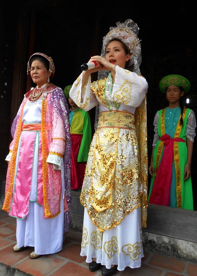 Dương Thị Phương đóng vai Đức Thánh bà trịnh trọng cởi bỏ mo cau để đi lấy chồng