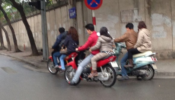 Nhóm bạn trẻ lượn phố phường mà không bị tuýt còi như thường lệ