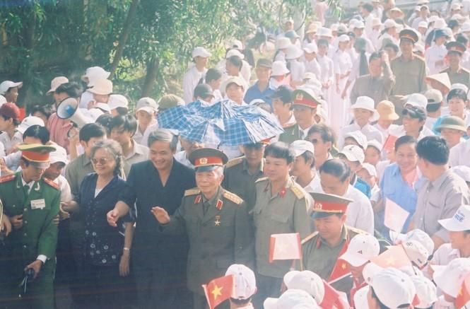 Người dân Lệ Thủy đón Đại tướng Võ Nguyên Giáp trong chuyến về thăm quê