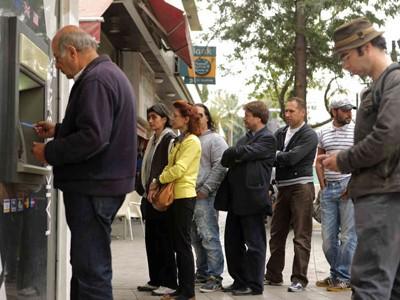 Người dân đảo Síp đổ xô đi rút tiền vì lo sợ bị đánh thuế
