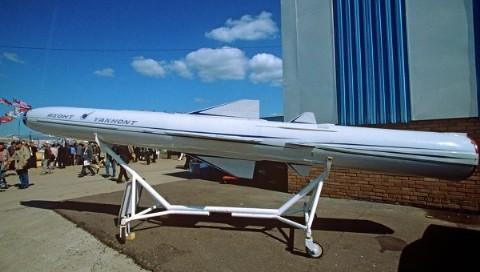 Tên lửa đối hạm siêu âm P-800 Yakhont (phiên bản xuất khẩu của P-800 Onyx) có tầm bắn trên 300km
