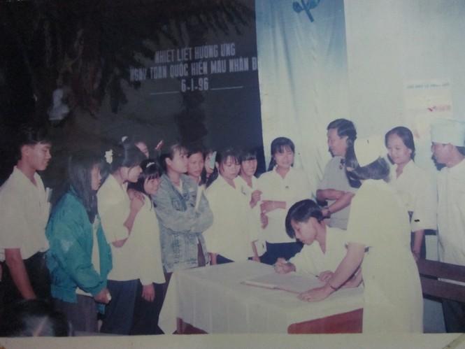 Sinh viên tham gia hiến máu tình nguyện tại Hà Nội năm 1996