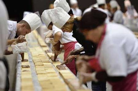 Chiếc bánh kem dài 1,2 km phá vỡ kỷ lục Guinness - ảnh 1
