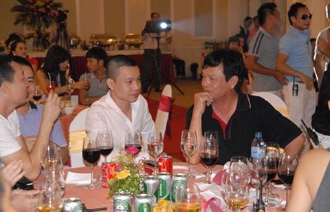 Ông Đào Hồng Tuyển (áo đen) tại một bữa tiệc với một số doanh nhân trẻ